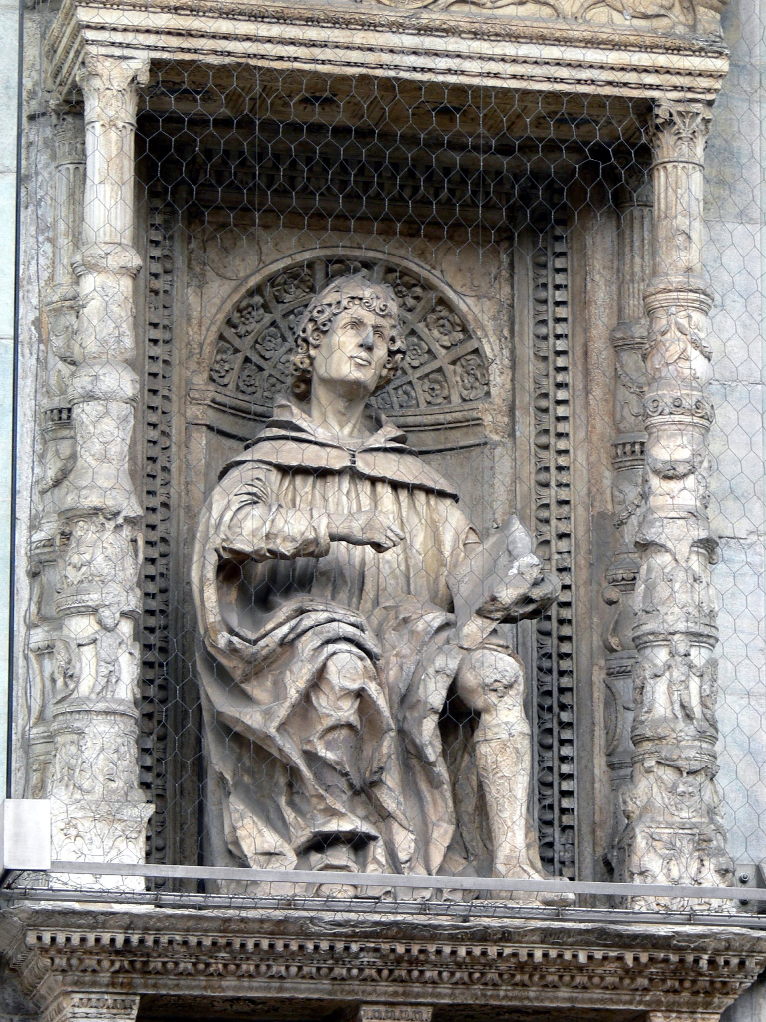 Statue of Pliny the Younger on the façade of Cathedral of S Maria Maggiore in Como (Photo: Wikipedia by Wolfgang Sauber)