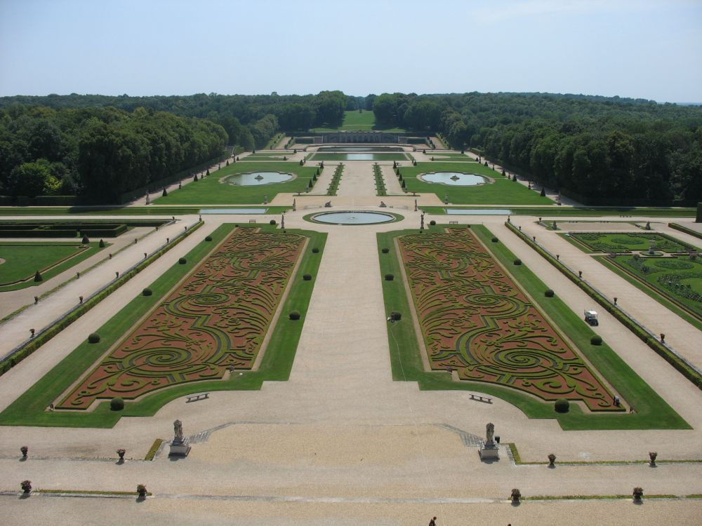 The southern flower gardens of Château de Vaux-le-Vicomte by Esther Westerveld (Flickr: Kasteel van Vaux-le-Vicomte – Maincy) via Wikimedia Commons