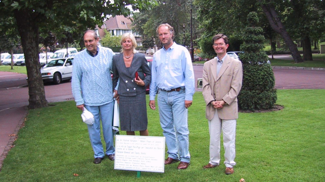 Léonce Deprez - Véronique Goblet d'Alviella - Patrick Salembier - Philippe Rey. Photo - 2002 - Small ceremony for the planting of a yew avenue du Verger commemorating the partnership between EBTS and the City of Touquet-Paris-Plage. The yew is today in the EBTS garden of the square Robert Lassus and will now be dedicated to the memory of Léonce Deprez.