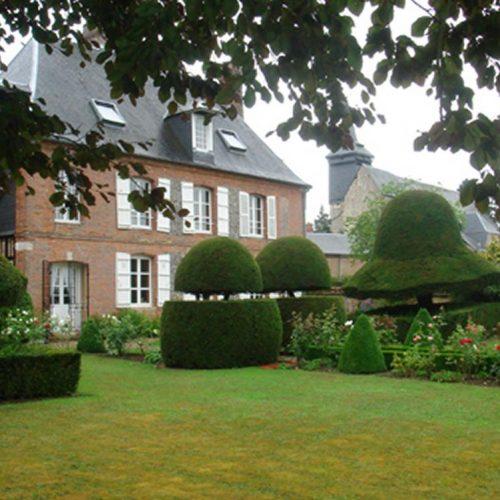Chateau de la Balleu - C17 chateau with baroque Bretagne garden with topiary and a maze garden 1